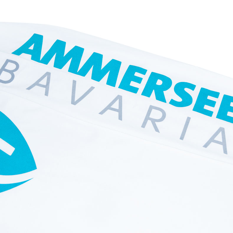 Ärmel eines weissen CB Longsleeve T-Shirts aus Bio-Baumwolle (Organic Bio T-Shirts) mit weiss-türkisem Ammersee Design der Modemarke AMMERSEE BAVARIA aus Bayern, Deutschland