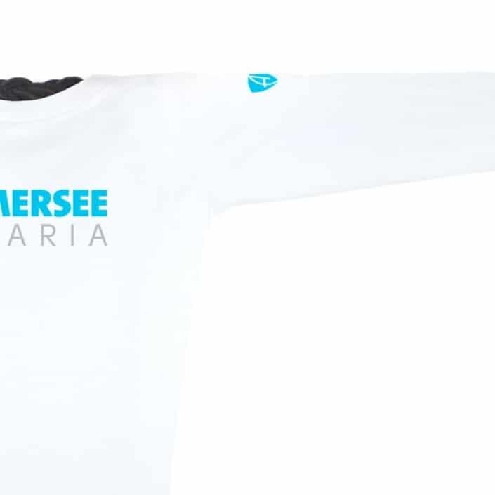 Ausschnitt Vorderansicht eines weissen CT Longsleeve T-Shirts aus Bio-Baumwolle (Organic Bio T-Shirt) mit grau-türkisem Ammersee Design der Modemarke AMMERSEE BAVARIA aus Bayern, Deutschland