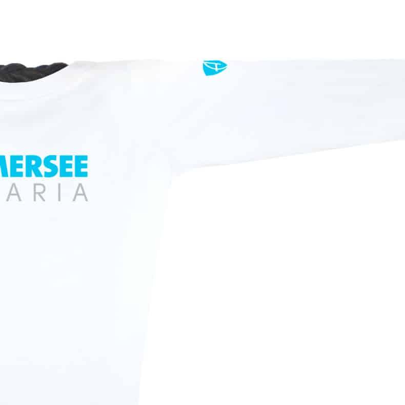 Ärmel eines weissen CT Longsleeve T-Shirts aus Bio-Baumwolle (Organic Bio T-Shirts) mit grau-türkisem Ammersee Design der Modemarke AMMERSEE BAVARIA aus Bayern, Deutschland