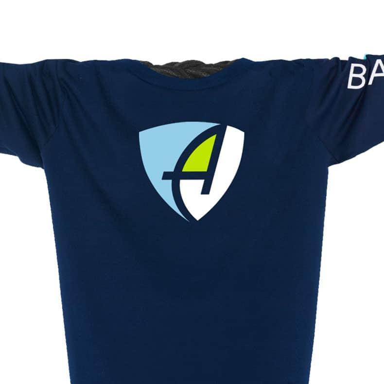 Ausschnitt Vorderansicht eines dunkelblauen CB Longsleeve T-Shirts aus Bio-Baumwolle (Organic Bio T-Shirt) mit weiss-blau-grünem Ammersee Design der Modemarke AMMERSEE BAVARIA aus Bayern, Deutschland