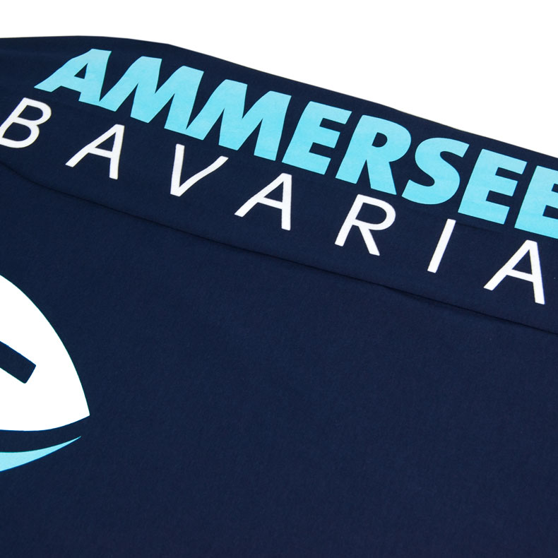 Ärmel eines dunkelblauen CB Longsleeve T-Shirts aus Bio-Baumwolle (Organic Bio T-Shirts) mit weiss-blau-grünem Ammersee Design der Modemarke AMMERSEE BAVARIA aus Bayern, Deutschland