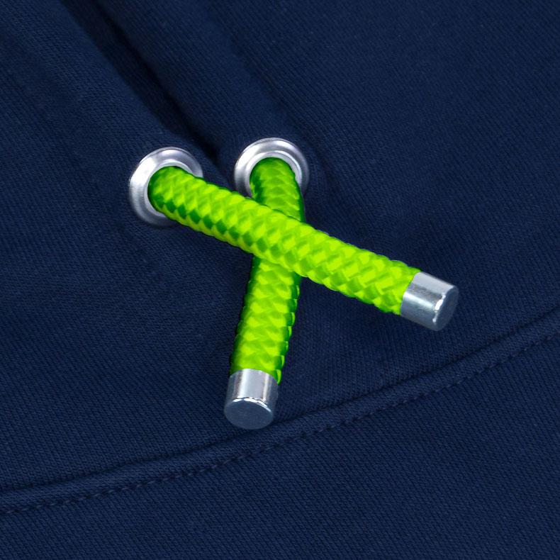 Grüne Kapuzenkordel aus PET-Segelseilen von einem dunkelblauen Kapuzenpullover der Modemarke AMMERSEE BAVARIA aus Bayern, Deutschland