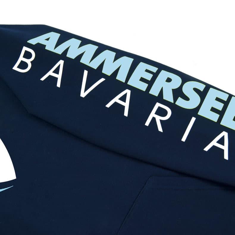 Detailaufnahme des linken Ärmel eines dunkelblauen Kapuzenpullover mit weiss-hellblauen Ammersee Design der Modemarke AMMERSEE BAVARIA aus Bayern, Deutschland