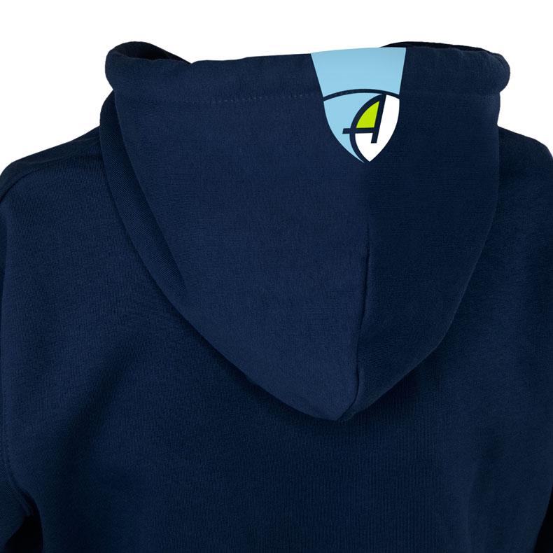 Rückansicht eines dunkelblauen Kapuzenpullover und seiner Kapuze (Organic Bio Hoodie) mit weiss-grün-hellblauen Ammersee Design der Modemarke AMMERSEE BAVARIA aus Bayern, Deutschland