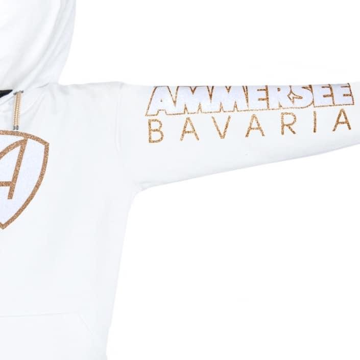 Ausschnitt Vorderansicht eines weissen CBo Kapuzenpullover aus Bio-Baumwolle (Organic Bio Hoodie) und recyceltem Polyester mit gold-weissem Ammersee Design der Modemarke AMMERSEE BAVARIA aus Bayern, Deutschland