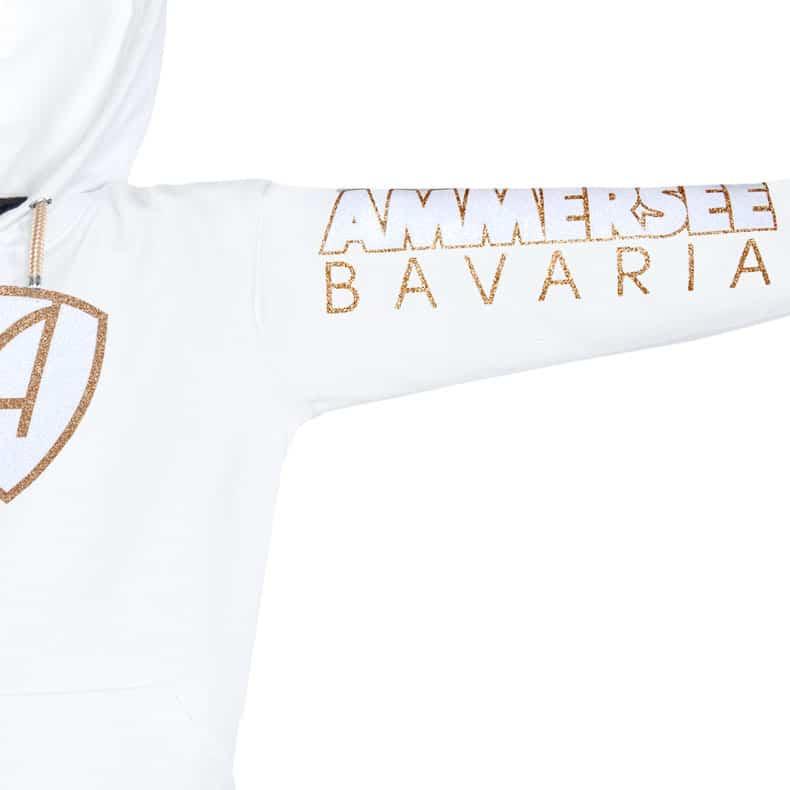 Ärmel eines weissen CBo Kapuzenpullover aus Bio-Baumwolle (Organic Bio Hoodie) und recyceltem Polyester mit gold-weissem Ammersee Design der Modemarke AMMERSEE BAVARIA aus Bayern, Deutschland