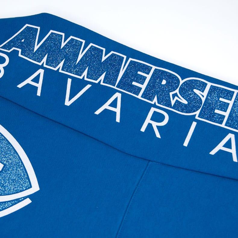 Detailaufnahme des linken Ärmel eines mittelblauen CBo Kapuzenpullover mit weiss-blau-glitzerndem Ammersee Design der Modemarke AMMERSEE BAVARIA aus Bayern, Deutschland