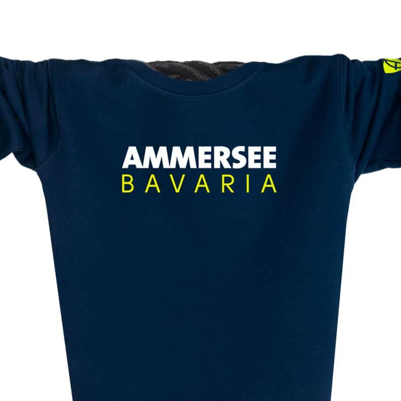 Ausschnitt Vorderansicht eines dunkelblauen CT Pullover aus Bio-Baumwolle (Organic Bio Sweater) und recyceltem Polyester mit gelb-weissem Ammersee Design der Modemarke AMMERSEE BAVARIA aus Bayern, Deutschland
