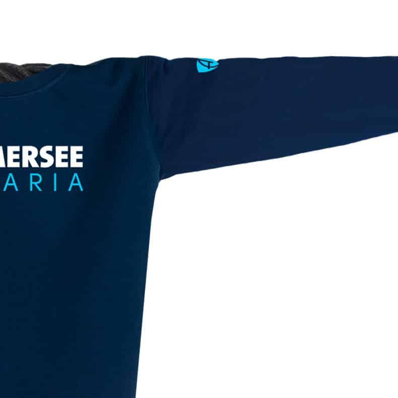 Ausschnitt Vorderansicht eines dunkelblauen CT Pullover mit türkis-weissem Ammersee Design der Modemarke AMMERSEE BAVARIA aus Bayern, Deutschland