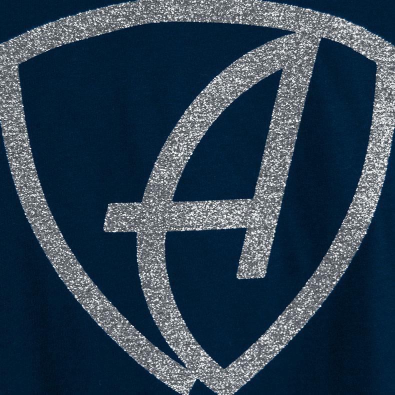 Ausschnitt Vorderansicht eines dunkelblauen CBe Pullover mit weiss-silber-glitzerndem Ammersee Design der Modemarke AMMERSEE BAVARIA aus Bayern, Deutschland