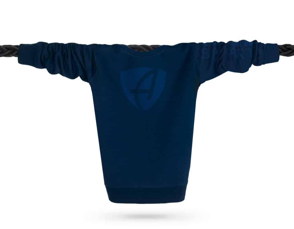 Vorderansicht eines dunkelblauen CB Pullover aus Bio-Baumwolle (Organic Bio Sweater) und recyceltem Polyester mit dunkelblauen Ammersee Design der Modemarke AMMERSEE BAVARIA aus Bayern, Deutschland