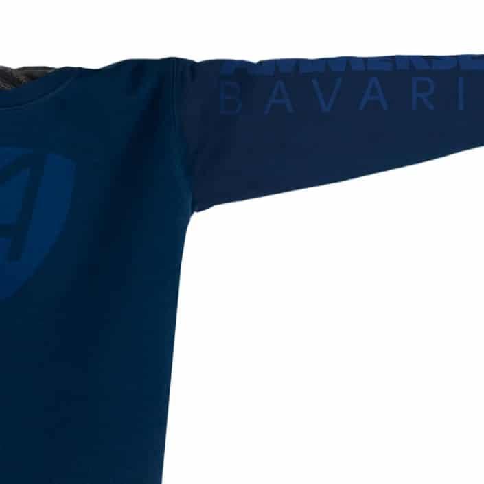 Ausschnitt Vorderansicht eines dunkelblauen CB Pullover aus Bio-Baumwolle (Organic Bio Sweater) und recyceltem Polyester mit dunkelblauen Ammersee Design der Modemarke AMMERSEE BAVARIA aus Bayern, Deutschland