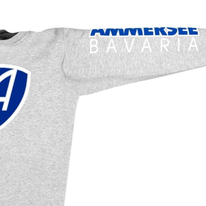 Ausschnitt Vorderansicht eines mittelgrauen CBo Pullover aus Bio-Baumwolle (Organic Bio Sweater) und recyceltem Polyester mit weiss-blauem Ammersee Design der Modemarke AMMERSEE BAVARIA aus Bayern, Deutschland