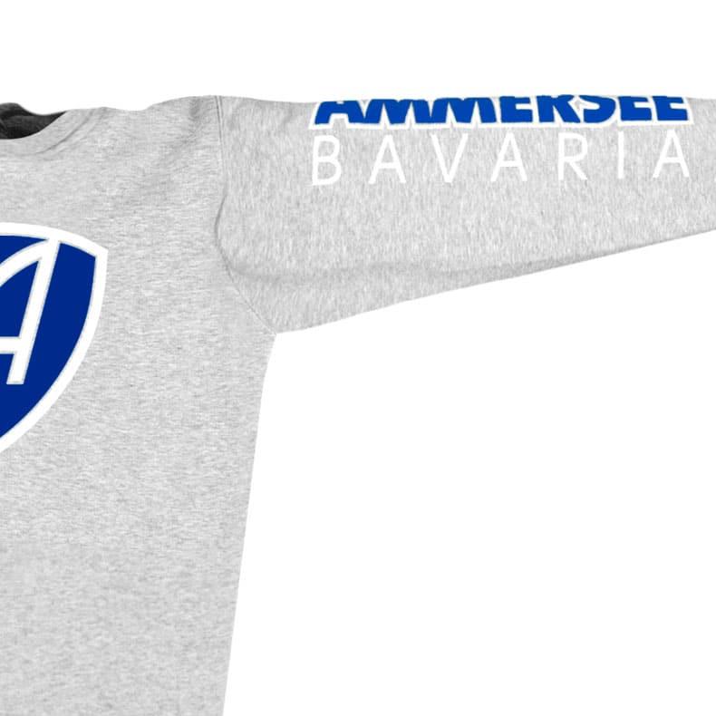 Ärmel eines mittelgrauen CBo Pullover aus Bio-Baumwolle (Organic Bio Sweater) und recyceltem Polyester mit weiss-blauem Ammersee Design der Modemarke AMMERSEE BAVARIA aus Bayern, Deutschland