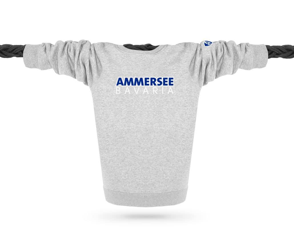 Vorderansicht eines mittelgrauen CTo Pullover aus Bio-Baumwolle (Organic Bio Sweater) und recyceltem Polyester mit weiss-blauen Ammersee Design der Modemarke AMMERSEE BAVARIA aus Bayern, Deutschland