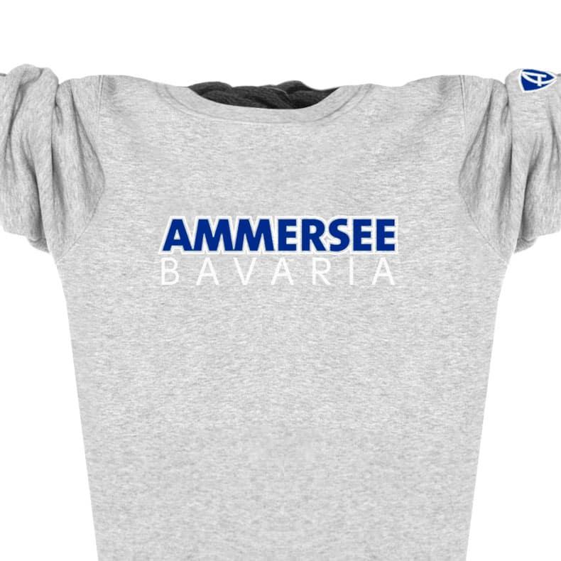 Ausschnitt Vorderansicht eines mittelgrauen CTo Pullover aus Bio-Baumwolle (Organic Bio Sweater) und recyceltem Polyester mit weiss-blauen Ammersee Design der Modemarke AMMERSEE BAVARIA aus Bayern, Deutschland