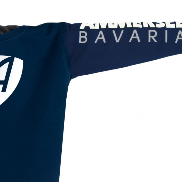 Ausschnitt Vorderansicht eines dunkelblauen CB Pullover aus Bio-Baumwolle (Organic Bio Sweater) und recyceltem Polyester mit weiss-grauem Ammersee Design der Modemarke AMMERSEE BAVARIA aus Bayern, Deutschland