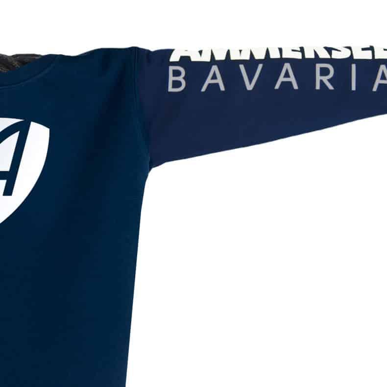 Ärmel eines dunkelblauen CB Pullover aus Bio-Baumwolle (Organic Bio Sweater) und recyceltem Polyester mit weiss-grauem Ammersee Design der Modemarke AMMERSEE BAVARIA aus Bayern, Deutschland