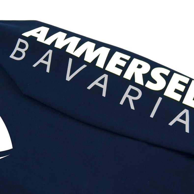 Detailaufnahme des linken Ärmel eines dunkelblauen Pullover mit weiss-grauem Ammersee Design der Modemarke AMMERSEE BAVARIA aus Bayern, Deutschland