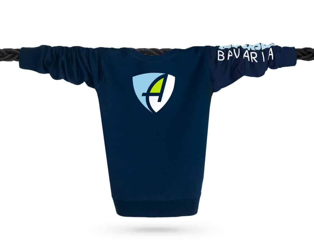 Vorderansicht eines dunkelblauen CB Pullover aus Bio-Baumwolle (Organic Bio Sweater) und recyceltem Polyester mit weiss-silber-glitzerndem Ammersee Design der Modemarke AMMERSEE BAVARIA aus Bayern, Deutschland