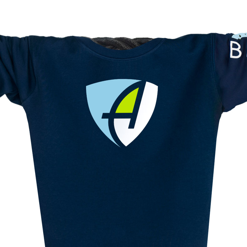 Ausschnitt Vorderansicht eines dunkelblauen CB Pullover aus Bio-Baumwolle (Organic Bio Sweater) und recyceltem Polyester mit weiss-grün-hellblauen Ammersee Design der Modemarke AMMERSEE BAVARIA aus Bayern, Deutschland