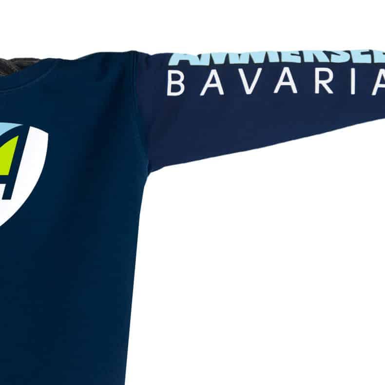 Ärmel eines dunkelblauen CB Pullover aus Bio-Baumwolle (Organic Bio Sweater) und recyceltem Polyester mit weiss-grün-hellblauen Ammersee Design der Modemarke AMMERSEE BAVARIA aus Bayern, Deutschland