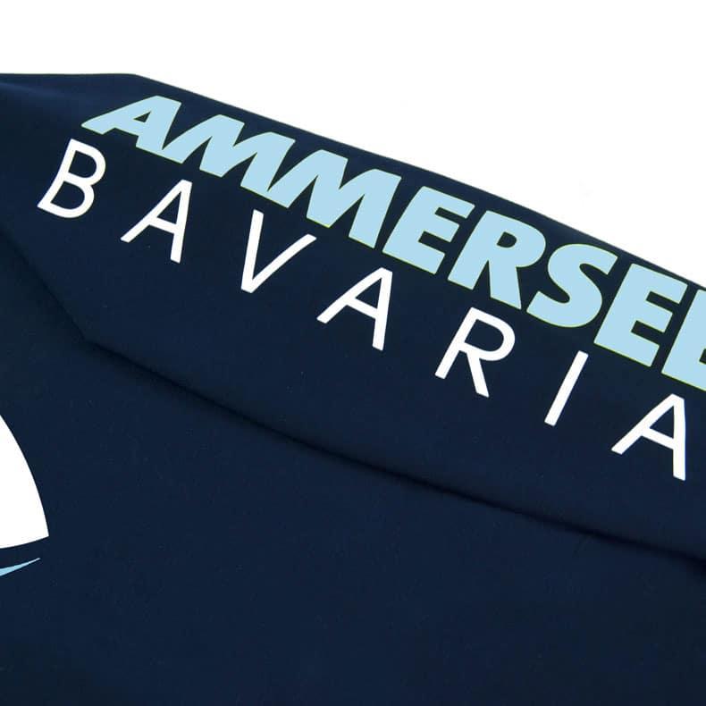 Detailaufnahme des linken Ärmel eines dunkelblauen Pullover mit weiss-grün-hellblauen Ammersee Design der Modemarke AMMERSEE BAVARIA aus Bayern, Deutschland