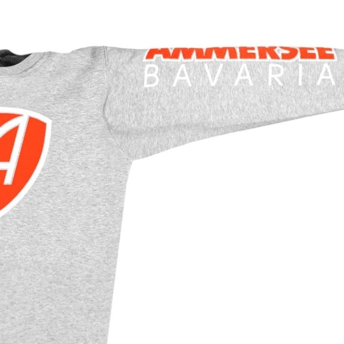 Ausschnitt Vorderansicht eines mittelgrauen CBo Pullover aus Bio-Baumwolle (Organic Bio Sweater) und recyceltem Polyester mit weiss-orangem Ammersee Design der Modemarke AMMERSEE BAVARIA aus Bayern, Deutschland
