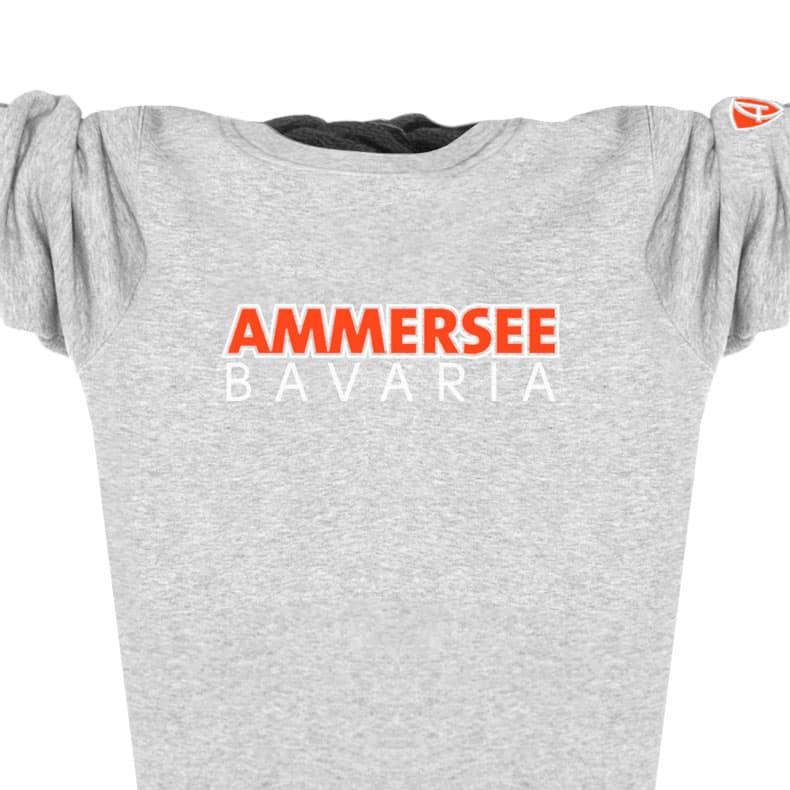 Ausschnitt Vorderansicht eines mittelgrauen CTo Pullover aus Bio-Baumwolle (Organic Bio Sweater) und recyceltem Polyester mit weiss-orangenem Ammersee Design der Modemarke AMMERSEE BAVARIA aus Bayern, Deutschland