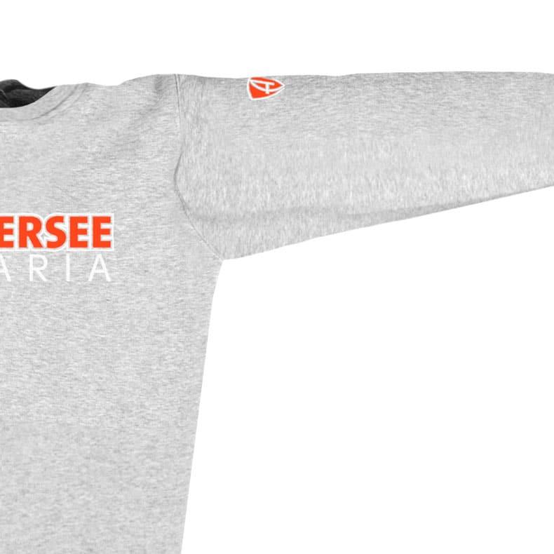 Ärmel eines mittelgrauen CTo Pullover aus Bio-Baumwolle (Organic Bio Sweater) und recyceltem Polyester mit weiss-orangenem Ammersee Design der Modemarke AMMERSEE BAVARIA aus Bayern, Deutschland