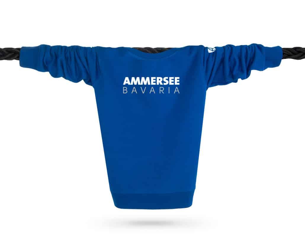 Vorderansicht eines mittelblauen CT Pullover aus Bio-Baumwolle (Organic Bio Sweater) und recyceltem Polyester mit weiss-grauem Ammersee Design der Modemarke AMMERSEE BAVARIA aus Bayern, Deutschland
