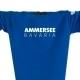 Ausschnitt Vorderansicht eines mittelblauen CT Pullover aus Bio-Baumwolle (Organic Bio Sweater) und recyceltem Polyester mit weiss-grauem Ammersee Design der Modemarke AMMERSEE BAVARIA aus Bayern, Deutschland