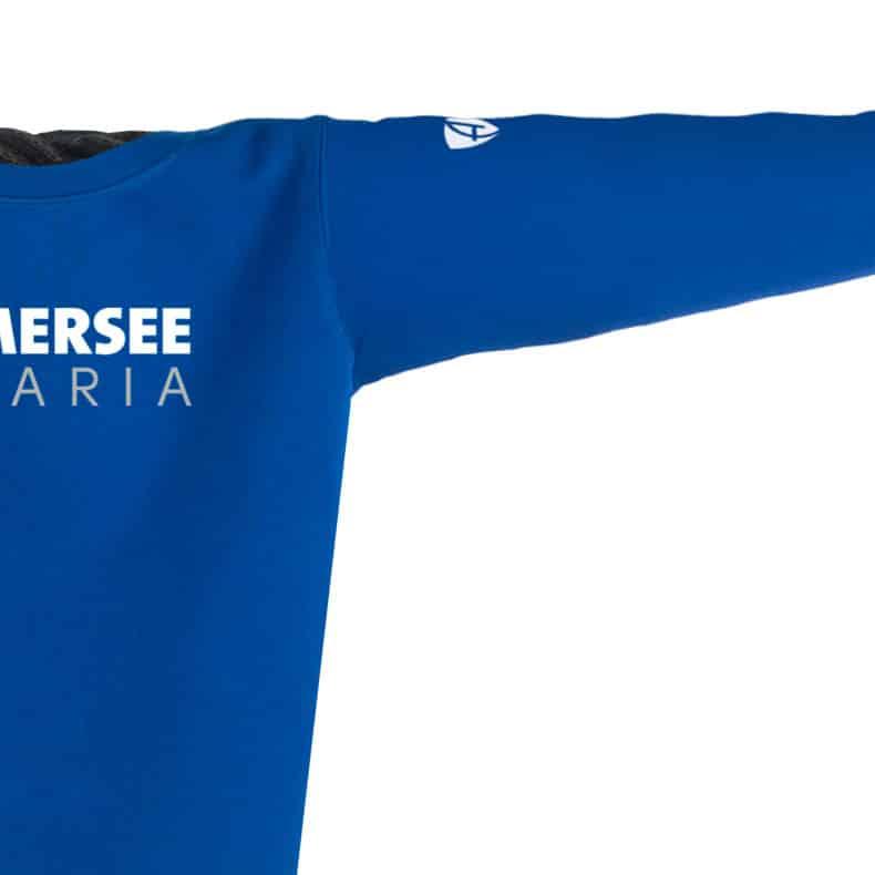 Ärmel eines mittelblauen CT Pullover aus Bio-Baumwolle (Organic Bio Sweater) und recyceltem Polyester mit weiss-grauem Ammersee Design der Modemarke AMMERSEE BAVARIA aus Bayern, Deutschland