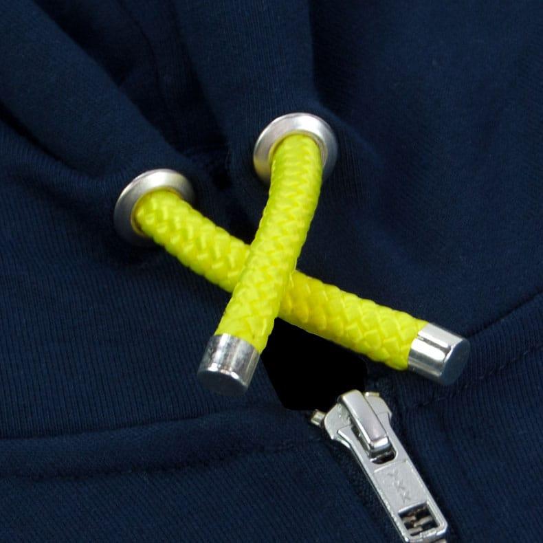 Gelbe Kapuzenkordel aus PET-Segelseilen von einem dunkelblauen Kapuzenjacke der Modemarke AMMERSEE BAVARIA aus Bayern, Deutschland