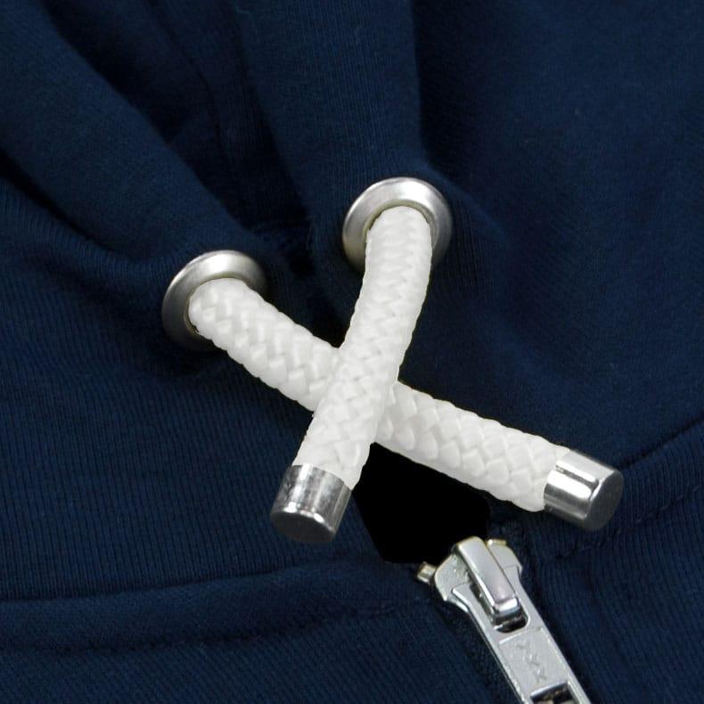 Weisse Kapuzenkordel aus PET-Segelseilen von einem dunkelblauen Kapuzenjacke der Modemarke AMMERSEE BAVARIA aus Bayern, Deutschland