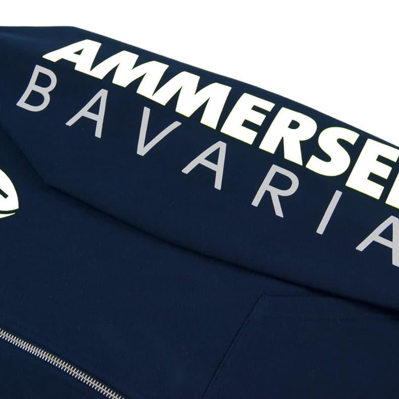 Detailaufnahme des linken Ärmel eines dunkelblauen Kapuzenjacke mit weiss-grauem Ammersee Design der Modemarke AMMERSEE BAVARIA aus Bayern, Deutschland