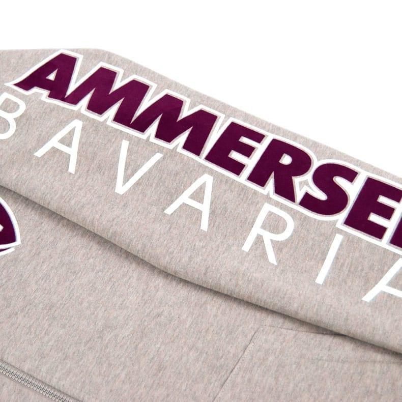 Detailaufnahme des linken Ärmel einer sandfarbenden CBo Kapuzenjacke mit weinrot-weissem Ammersee Design der Modemarke AMMERSEE BAVARIA aus Bayern, Deutschland