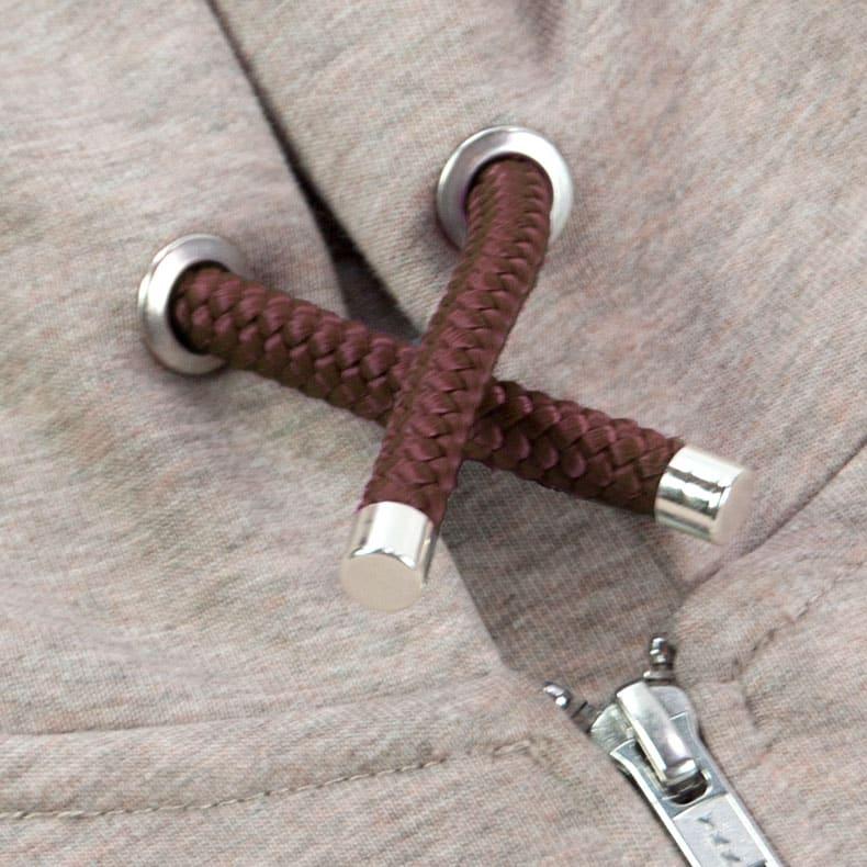 Braune Kapuzenkordel aus PET-Segelseilen von einer sandfarbenden Kapuzenjacke der Modemarke AMMERSEE BAVARIA aus Bayern, Deutschland