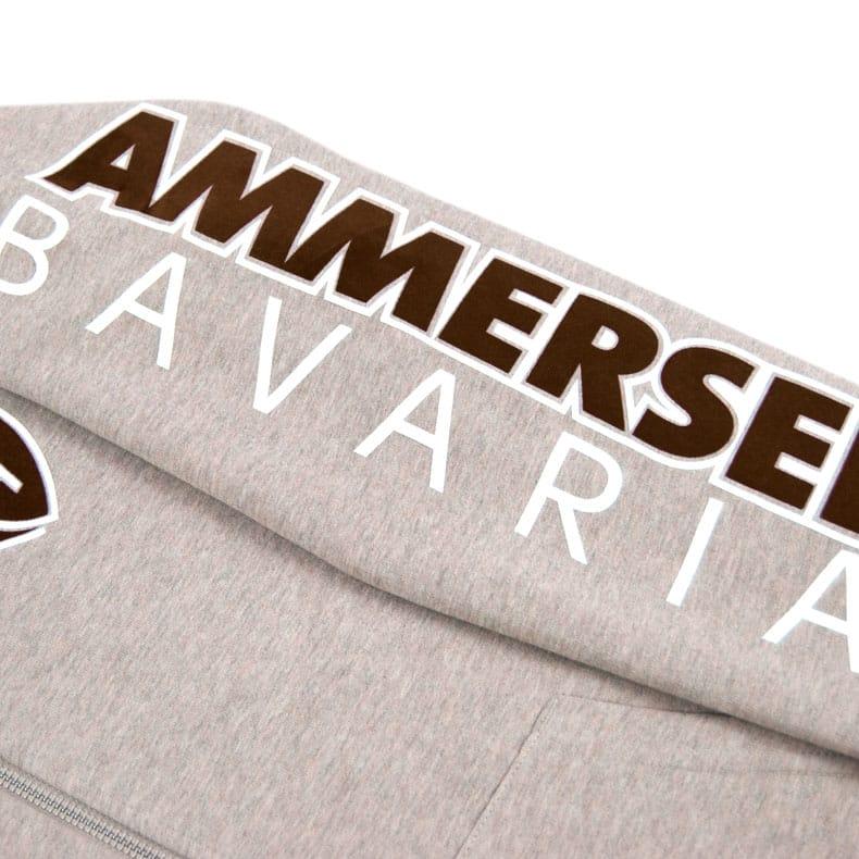 Detailaufnahme des linken Ärmel einer sandfarbenden Kapuzenjacke mit braun-weissem Ammersee Design der Modemarke AMMERSEE BAVARIA aus Bayern, Deutschland