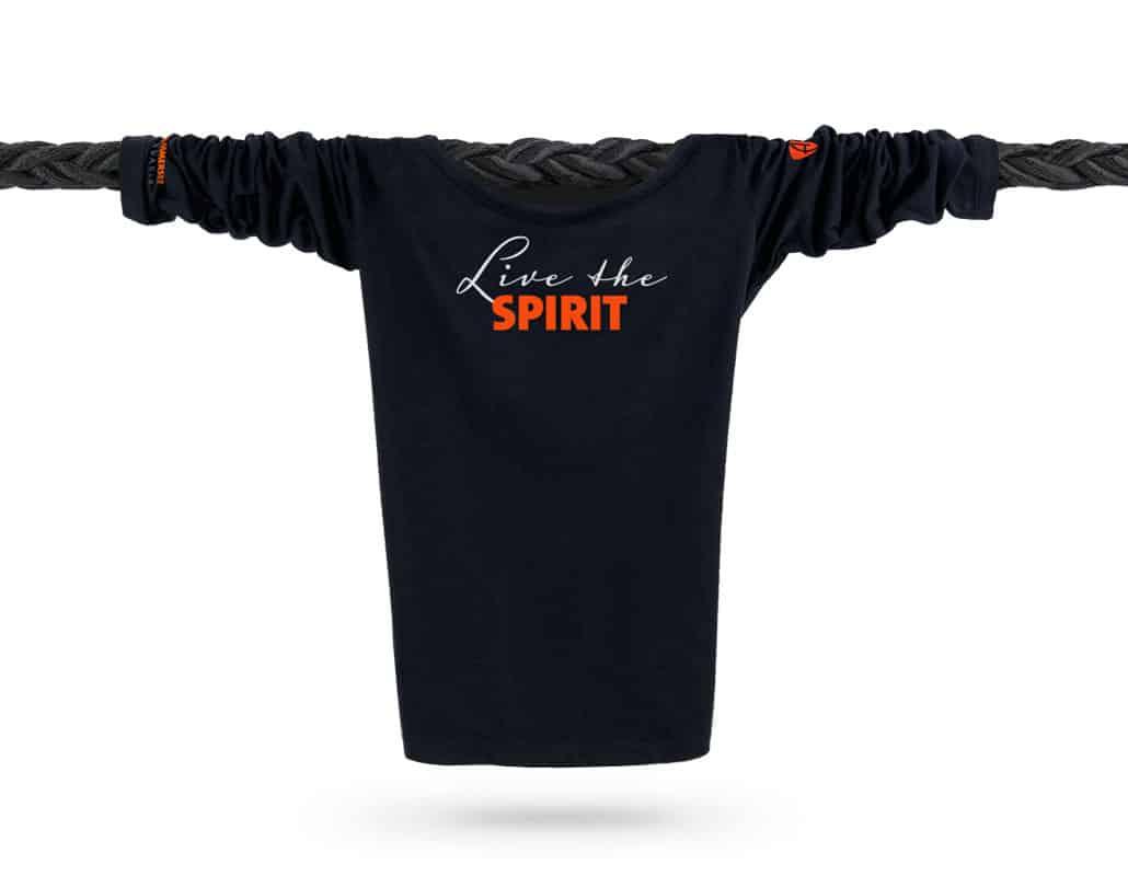 Vorderansicht eines schwarzen ST Longsleeve T-Shirts aus Bio-Baumwolle (Organic Bio T-Shirt) mit orange-weissem Ammersee Design der Modemarke AMMERSEE BAVARIA aus Bayern, Deutschland