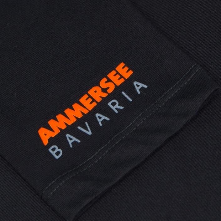Ausschnitt Vorderansicht eines schwarzen ST Longsleeve T-Shirts aus Bio-Baumwolle (Organic Bio T-Shirt) mit orange-weissem Ammersee Design der Modemarke AMMERSEE BAVARIA aus Bayern, Deutschland