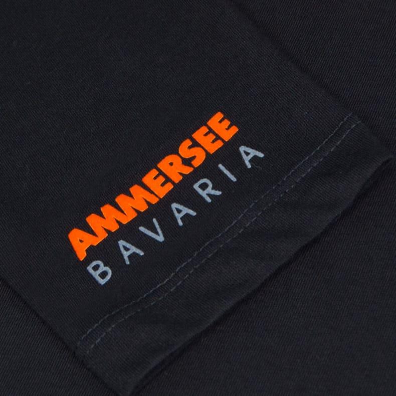 Ärmel eines schwarzen ST T-Shirts aus Bio-Baumwolle (Organic Bio T-Shirts) mit orange-weissem Ammersee Design der Modemarke AMMERSEE BAVARIA aus Bayern, Deutschland