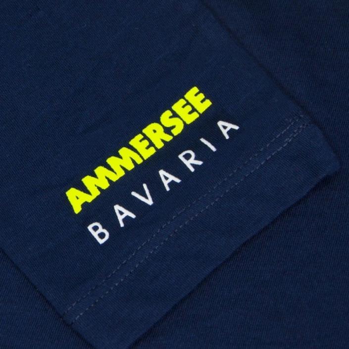 Ausschnitt Vorderansicht eines dunkelblauen ST Longsleeve T-Shirts aus Bio-Baumwolle (Organic Bio T-Shirt) mit weiss-gelbem Ammersee Design der Modemarke AMMERSEE BAVARIA aus Bayern, Deutschland