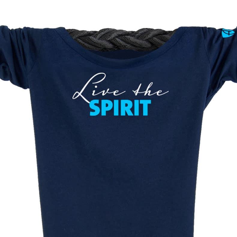 Ausschnitt Vorderansicht eines dunkelblauen ST Longsleeve T-Shirts aus Bio-Baumwolle (Organic Bio T-Shirt) mit weiss-türkisem Ammersee Design der Modemarke AMMERSEE BAVARIA aus Bayern, Deutschland