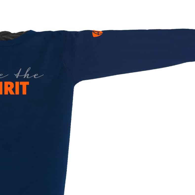 Ärmel eines dunkelblauen ST Longsleeve T-Shirts aus Bio-Baumwolle (Organic Bio T-Shirts) mit grau-orangem Ammersee Design der Modemarke AMMERSEE BAVARIA aus Bayern, Deutschland
