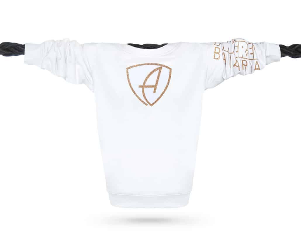 Vorderansicht eines weissen CBo Pullover aus Bio-Baumwolle (Organic Bio Sweater) und recyceltem Polyester mit weiss-gold-glitzerndem Ammersee Design der Modemarke AMMERSEE BAVARIA aus Bayern, Deutschland