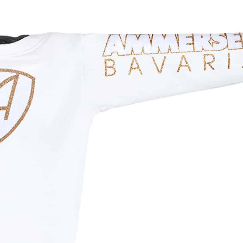 Ärmel eines weissen CBo Pullover aus Bio-Baumwolle (Organic Bio Hoodie) und recyceltem Polyester mit weiss-gold-glitzerndem Ammersee Design der Modemarke AMMERSEE BAVARIA aus Bayern, Deutschland