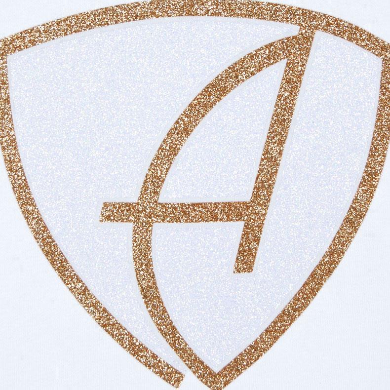 Ausschnitt Vorderansicht eines weissen CBo Pullover mit weiss-gold-glitzerndem Ammersee Design der Modemarke AMMERSEE BAVARIA aus Bayern, Deutschland