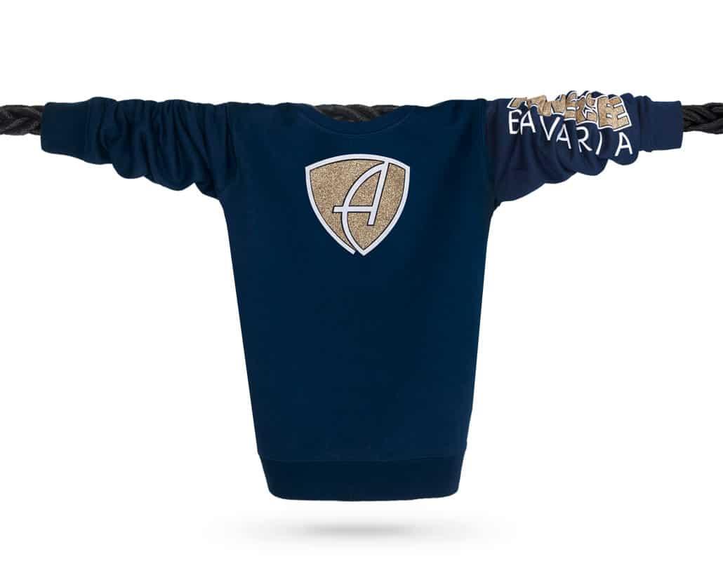 Vorderansicht eines dunkelblauen CBo Pullover aus Bio-Baumwolle (Organic Bio Sweater) und recyceltem Polyester mit weiss-gold-glitzerndem Ammersee Design der Modemarke AMMERSEE BAVARIA aus Bayern, Deutschland