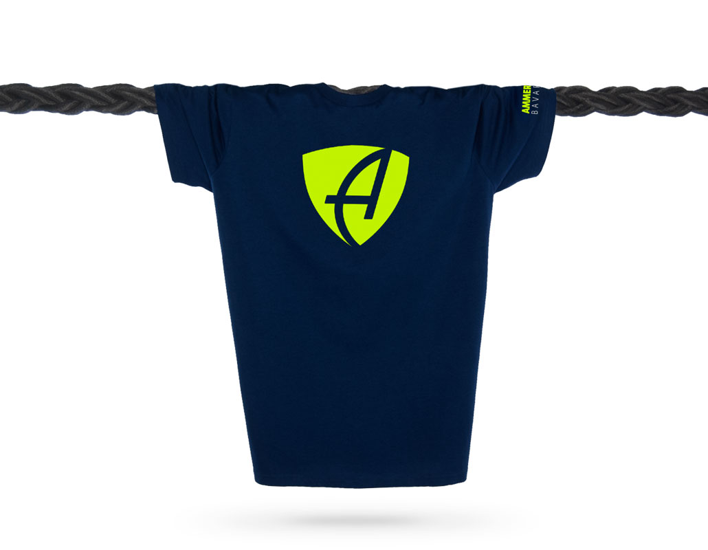 Vorderansicht eines dunkelblauen CB T-Shirts aus Bio-Baumwolle (Organic Bio T-Shirt) mit lime-gelbem Ammersee Design der Modemarke AMMERSEE BAVARIA aus Bayern, Deutschland